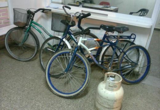 Armstrong. Recuperaron tres bicicletas y una garrafa.