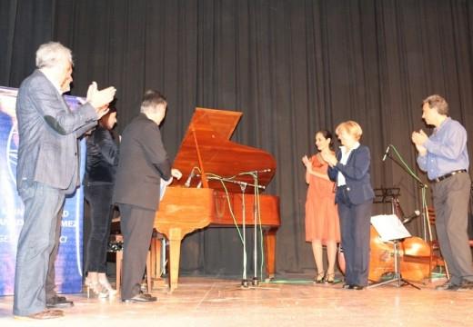 La intendenta Clérici entregó piano en el Teatro Verdi.
