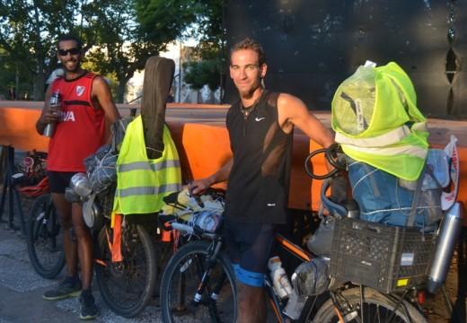 Dos ciclistas realizan una larga travesía y destinaron un merecido descanso en Armstrong.