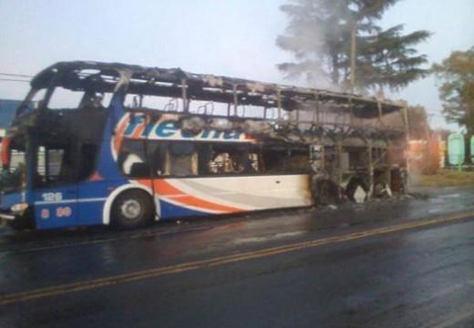 Se incendió un colectivo en Ruta 9. No hubo víctimas.