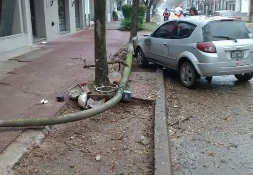 Armstrong. Un auto embistió una columna de alumbrado.