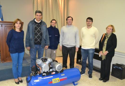 El Intendente Verdecchia entregó un  compresor a la Escuela Técnica.