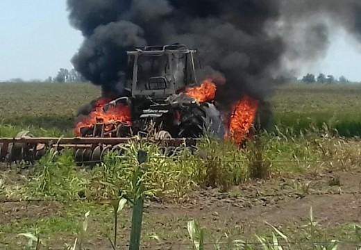 Incendio de un tractor. Acudieron Bomberos Voluntarios de Armstrong.