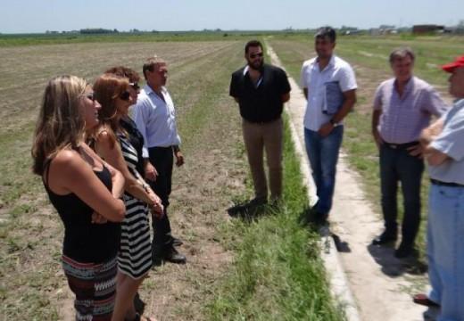 Las Parejas. Compagnucci recorrió los terrenos Procrear junto a autoridades del Banco Hipotecario.