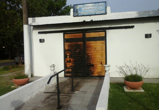 Armstrong. Incendiaron la puerta de la Iglesia Trono de Gracia.
