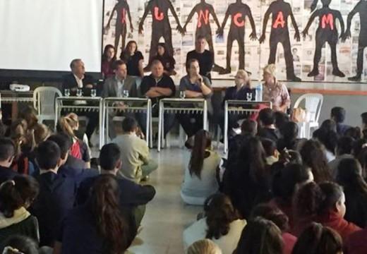 Armstrong. Charla debate en instituciones educativas por el Día de la Memoria.