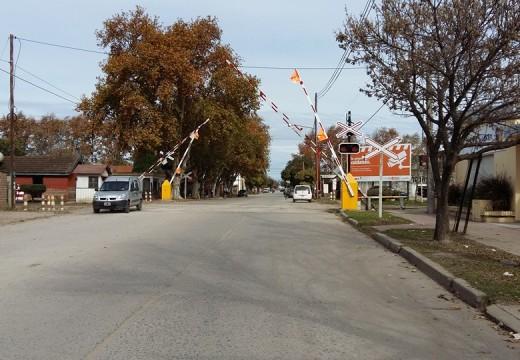Mañana se interrumpirá el tránsito de vehículos en el paso a nivel  de calle Fischer.