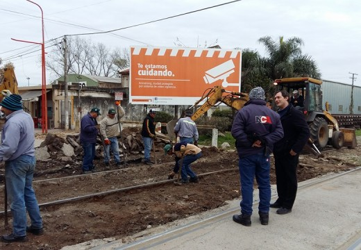 Municipio y NCA trabajando en la reconstrucción completa del paso a nivel de calle Fischer.