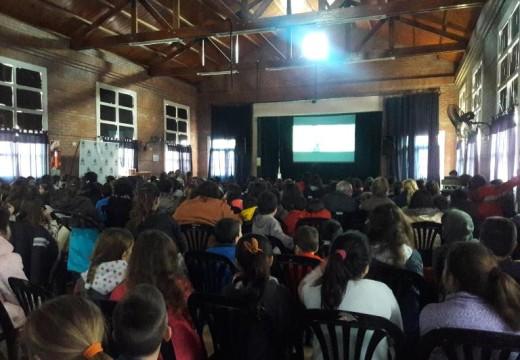A sala llena la Comuna de Correa proyectó Zootopia.