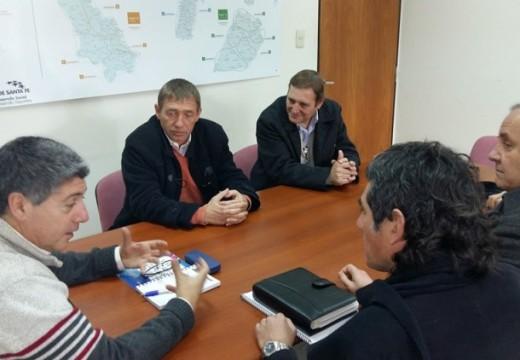 El Senador y el intendente de Las Parejas gestionando para instituciones deportivas.