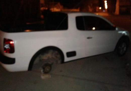 Armstrong. Robaron una rueda de camioneta estacionada.