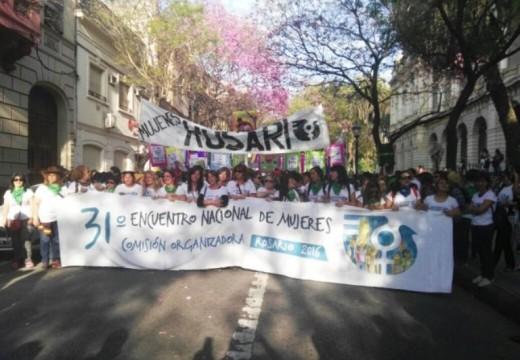 Una multitud copó la Plaza San Martín para la marcha del Encuentro Nacional de Mujeres.
