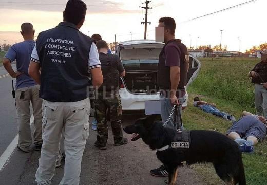 Cocaína, armas de fuego y tres detenidos.