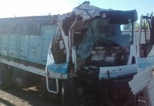 Chocaron dos camiones en la Autopista, un camionero herido.