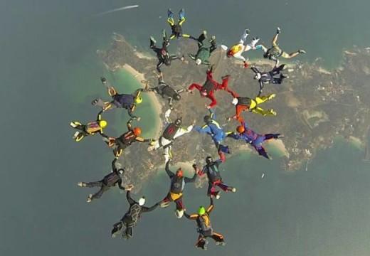 Paracaidista cañadense consiguió un récord en salto grupal.