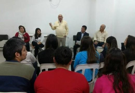 Miguel Solís se reunió con estudiantes en Armstrong por la problemática del transporte.
