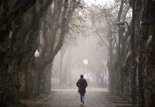 Un cielo bajito de niebla y humedad fría.
