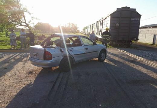 Armstrong. Un auto fue embestido por el tren.