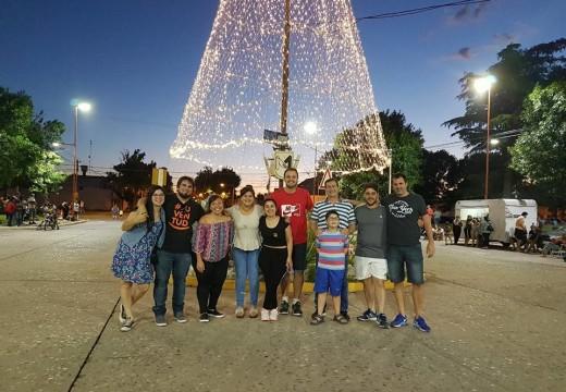 El encendido del árbol navideño frente a Plaza Flotron convocó a grandes y chicos.