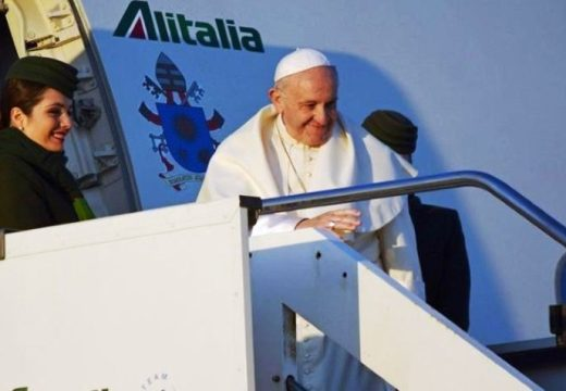 El mensaje del Papa al sobrevolar suelo argentino y la respuesta de Macri.