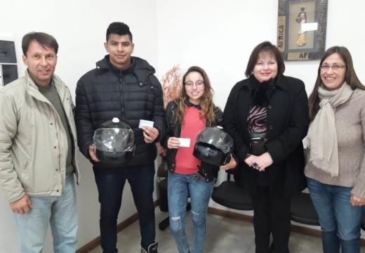 Correa. Se entregaron cascos a jóvenes que sacaron su carnet de conducir por primera vez.