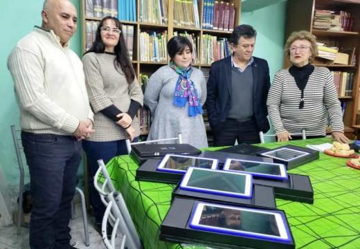 El Diputado Miguel Solís entregó seis tablets a la Biblioteca Popular Sarmiento.