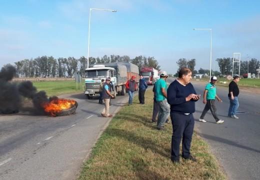 San Genaro: municipales realizan corte de tránsito en cruce rutas 34 y 65.