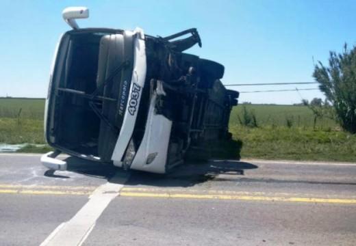 Chocó su auto contra un ómnibus y el micro volcó en la ruta.