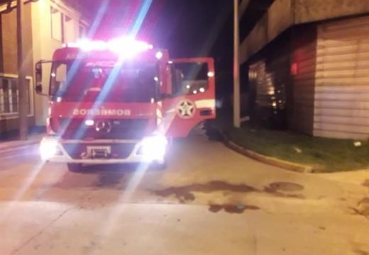 Salida de Bomberos en la madrugada por incendio en un canasto de basura.