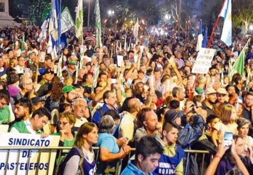 Una multitud marchó en Rosario contra los aumentos de tarifas.
