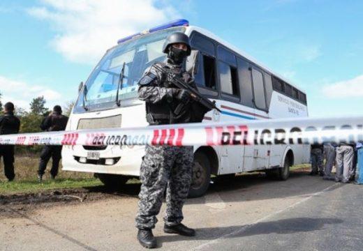 Fuga en la autopista: la policía busca a cuatro presos armados.