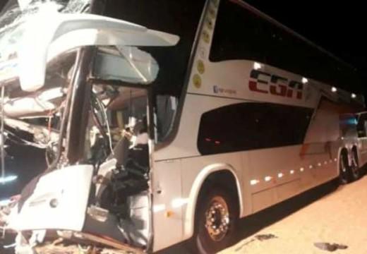 Un muerto y un herido en un choque entre un micro y un camión en la autopista a Córdoba.