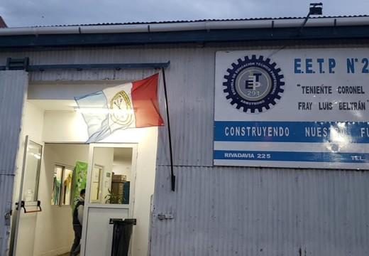Alumnos de la Esc. Técnica, realizaron un reclamo frente la institución  debido a las condiciones precarias del edificio.