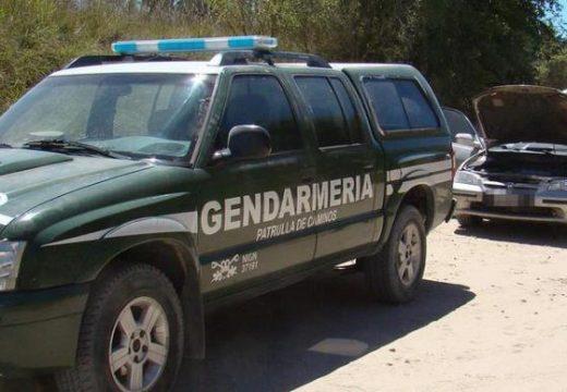 Detienen a dos efectivos policiales tras allanamientos por estupefacientes.