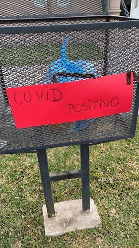 """""""La esposa de un enfermo de coronavirus puso un cartel para advertir a los recolectores"""""""