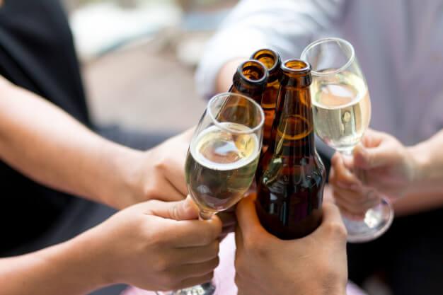 amigos-bebidas-fiesta-jovenes-estan-disfrutando-fiesta_diario_armstrong
