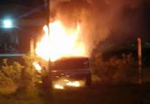 Hallaron muerto al conductor de una pick up y se sospecha que la prendieron fuego.