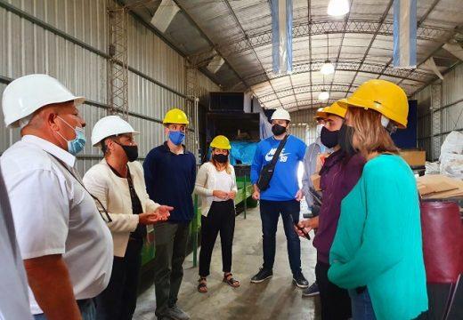 Clérici visitó la planta de tratamiento de residuos con jóvenes que emprenden proyecto de reciclado.